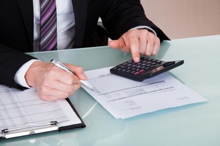 Inhoudingen bij facturen in Spanje: wat betekent het en hoe worden deze op bedrijven en zelfstandigen toegepast?